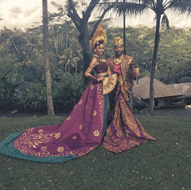John Legend e Chrissy Teigen usam roupas tradicionais durante férias em Bali