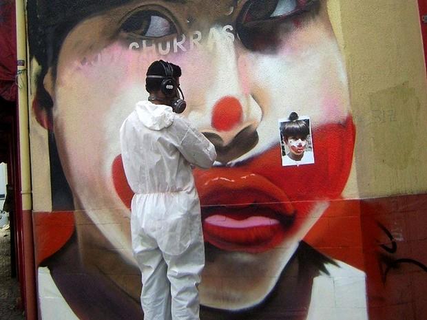 Artista em ação, grafitando um palhaço no Centro de Belo Horizonte (Foto: Nilo Zack/ Arquivo pessoal)
