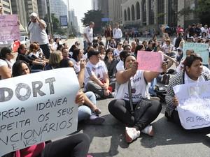 Funcionários da empresa IDORT, que presta serviço terceirizado aos Telecentros da Prefeitura, fecham a Avenida Paulista, em São Paulo, SP, na manhã desta quinta-feira (15) (Foto: J. Duran Machfee/Futura Press/Estadão Conteúdo)
