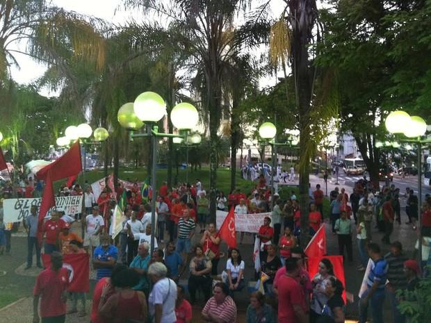 Protesto em Uberaba pró-Dilma na praça (Foto: Alex Rocha/G1)