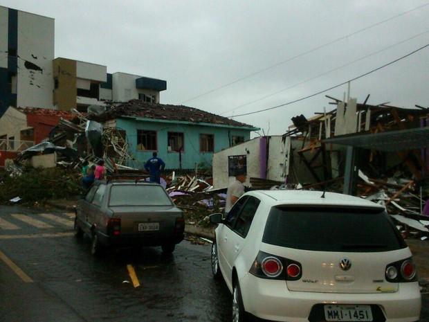 Temporal deixou rastro de destruição na cidade (Foto: Flávio Carvalho/TudosobreXanxerê)
