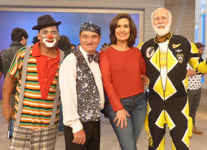 A apresentadora entre seus convidados do programa (Foto: Gshow)