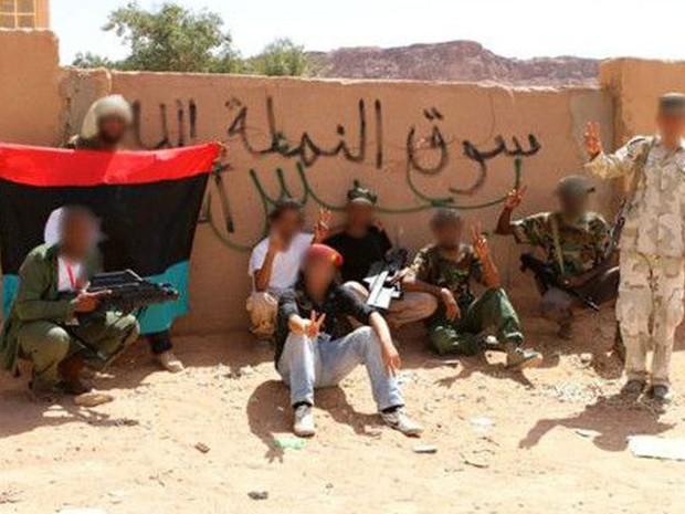 A unidade de Ali e os dois rifles F2000 (à esq. e ao centro) (Foto: BBC/Divulgação)