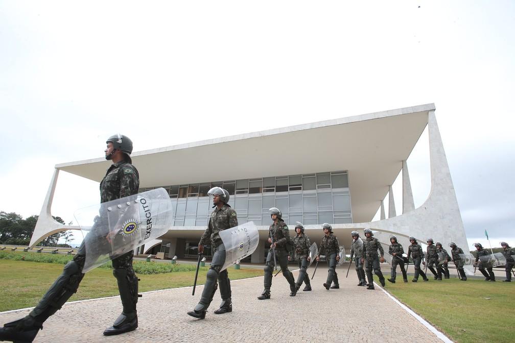Polícia do Exército protege o Palácio do Planalto, em Brasília, em dia de greve geral dos trabalhadores no país contra as reformas trabalhista e da Previdência propostas pelo governo Temer, nesta sexta-feira (28) (Foto: André Dusek/Estadão Conteúdo)