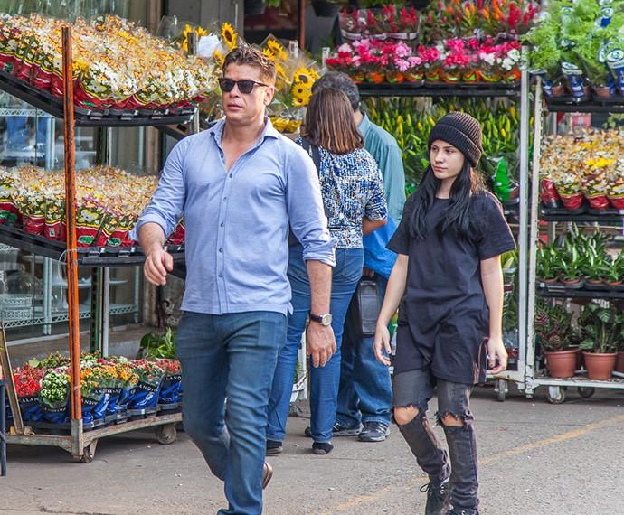 Arthur e Jojô estão no mercado comprando flores (Foto: Artur Meninea / Gshow)