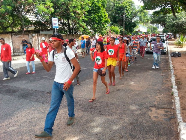 Após deixar a sede do Incra, grupo caminha pelas ruas da cidade (Foto: Kleber Teixeira/Inter TV Cabugi)