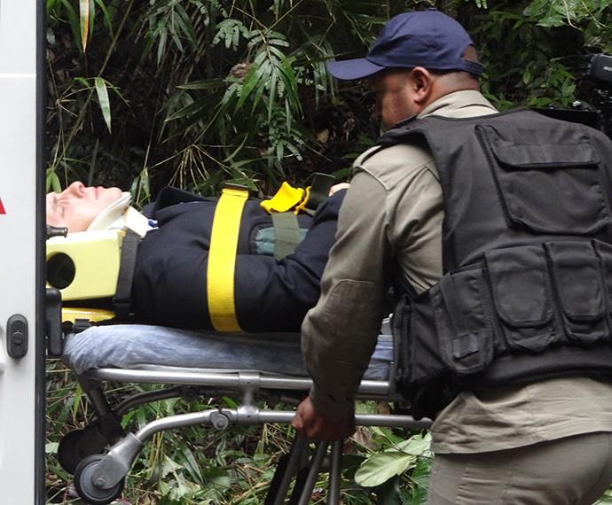 Vinícius é resgatado (Foto: Juliana Lessa/Gshow)