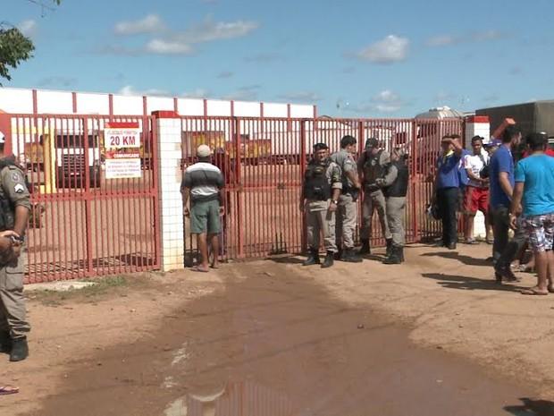 Polícia Militar isolou a fábrica onde houve a explosão (Foto: Reprodução/TV Paraíba)