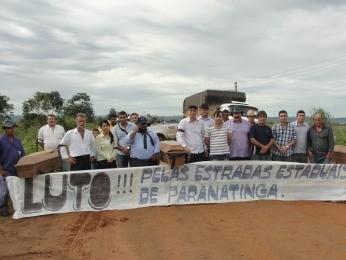 Manifestantes levaram caixões para simbolizar o 'luto'  (Foto: Paranatinga News)