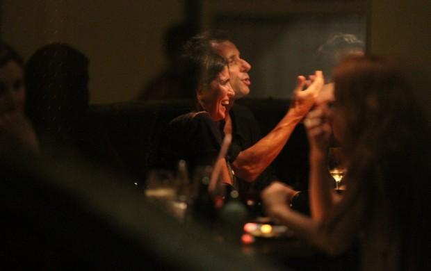 Malu Mader com o marido, Tony Bellotto, e amigos em restaurante na Zona Sul do Rio (Foto: Rogério Fidalgo/ Ag. News)
