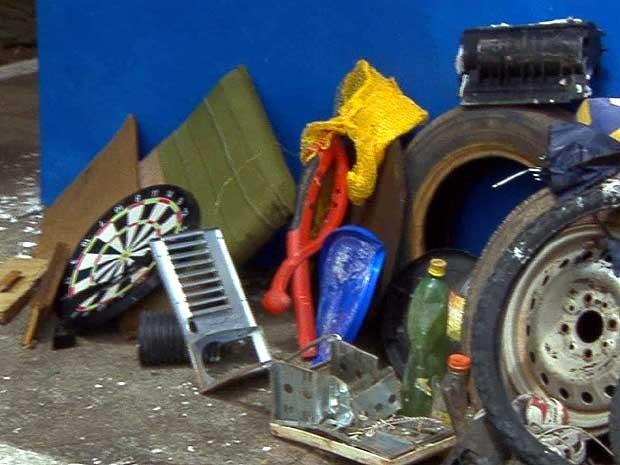 Pneus e outros objetos causam entupimento de bueiros em Campinas (Foto: Reprodução EPTV)