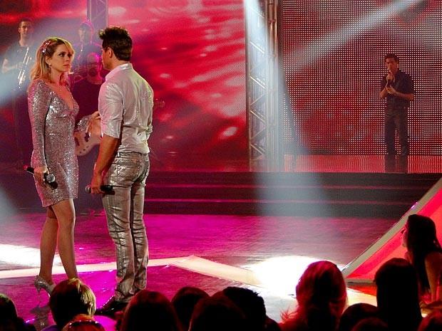 Rosário fica confusa diante de Inácio e Fabian no palco (Foto: Cheias de Charme / TV Globo)