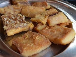 Pirarucu deve ser dourado e depois cozido junto com o molho  (Foto: Emily Costa/ G1 RR)