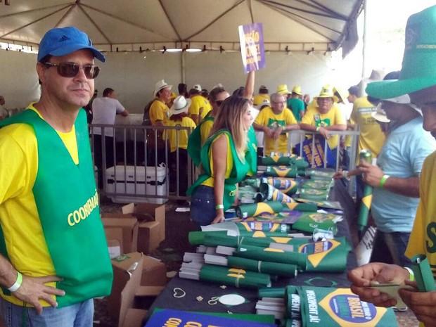 Manifestrantes ligados à Confederação Nacional da Agricultura distribuem material pró-impeachment da presidente Rousseff (Foto: Bárbara Nascimento/G1)