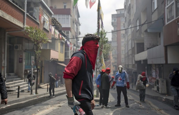 Manifestante segura garrafa em confronto com a polícia no bairro turco de Okmeydani, nesta sexta (1º) (Foto: Kemal Aslan/Reuters)