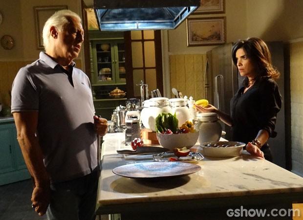 Aline não percebe que César está armado (Foto: Amor à Vida/ TV Globo)