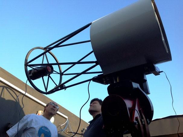 João Ribeiro e Cristóvão Jacques ao lado do telescópio instalado no Observatório Sonear (Foto: Acervo Pessoal)
