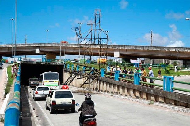 Estrutura de ferro de um dos Reis Magos caiu sobre a avenida Tomaz Landim (Foto: Wallace Araújo)