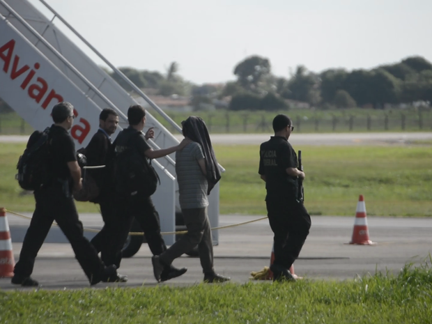 Suspeito de ligação com o grupo terrorista Estado Islâmico foi encontrado em Cabedelo e levado para Brasília. (Foto: Walter Paparazzo/G1)