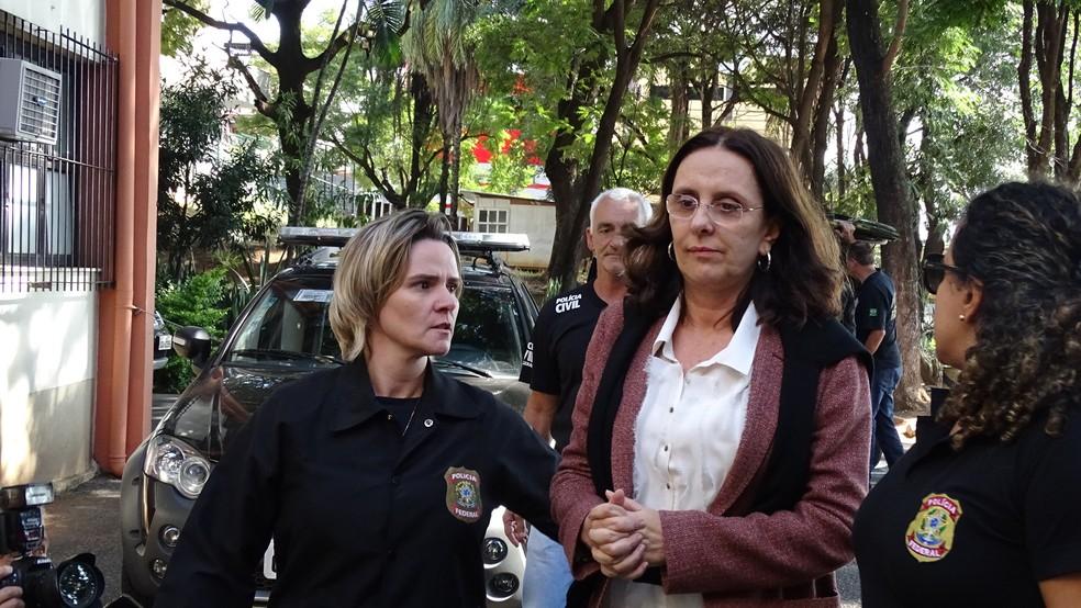 Andrea Neves, irmã do senador Aécio Neves (PSDB-MG), chega escoltada ao IML, em Belo Horizonte (Foto: Raquel Freitas/G1)
