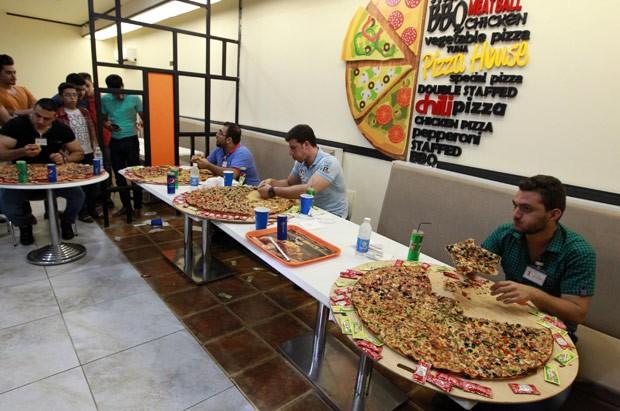 Vencia quem devorava primeiro a pizza de 80 centímetros de diâmetro (Foto: Sabah Arar/AFP)