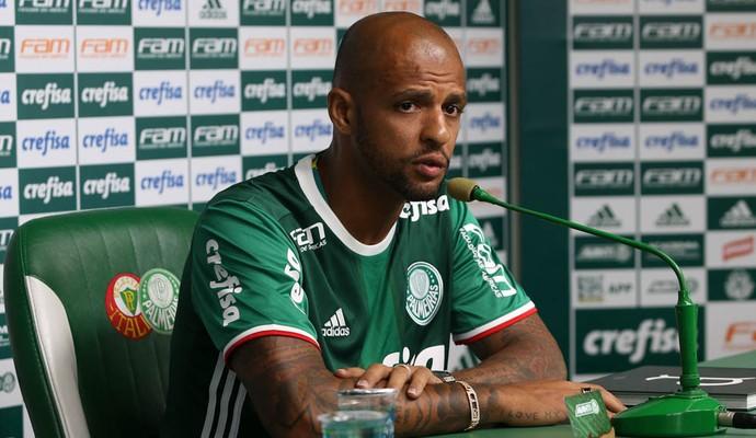 Fora do jogo por decisão de Cuca, Felipe Melo treina e fica na torcida pelo Palmeiras