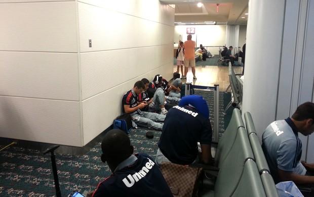 Jogadores do Fluminense aguardam embarque em Orlando (Foto: Rafael Cavalieri)