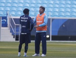 Renato em conversa com Zé Roberto no treino (Foto: Wesley Santos/Agência PressDigital)