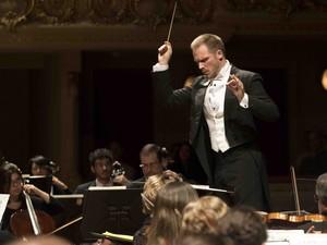Maestro Tobias Volkmann é o regente da Orquestra Sinfônica do Theatro Municipal  (Foto: Júlia Ronái/ Theatro Municipal)