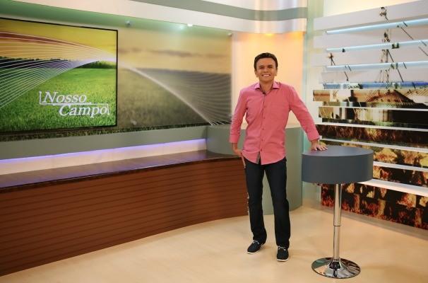 O apresentador Antonio Nóbrega apresenta o novo cenário do Nosso Campo (Foto: Ebert Leme/TV TEM)