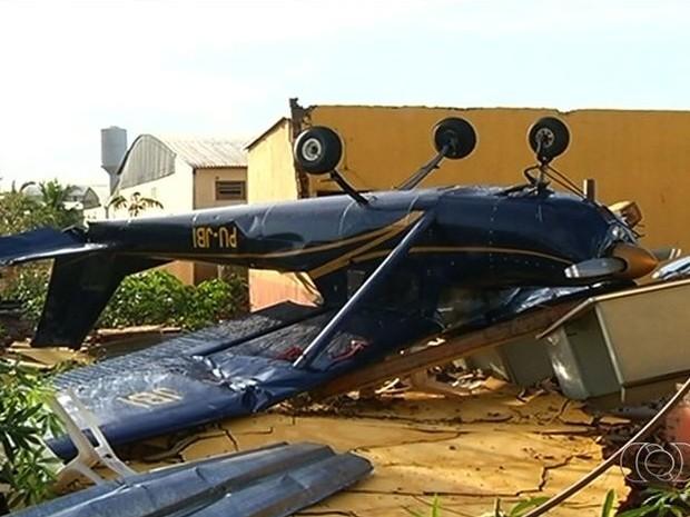 Aeronave tombou com a força da ventania em Jataí, na região sudoeste de Goiás (Foto: Reprodução/ TV Anhanguera)