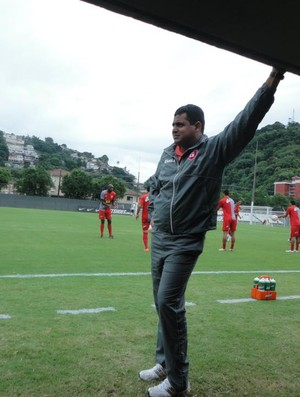Leston Junior observando os jogadores durante o jogo-treino com o Santos (Foto: Divulgação/ Guarani-MG)