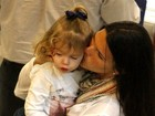 Daniella Sarahyba vai com a filha a aeroporto do Rio