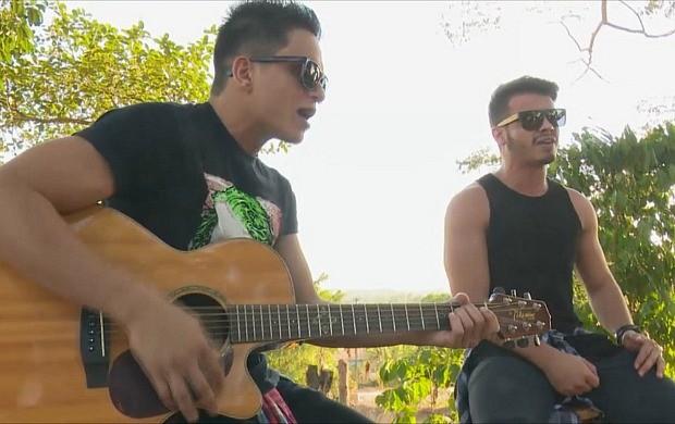 Dupla João Marcos e Thawan tocam sertanejo (Foto: Rondônia TV)