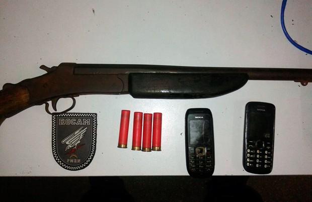 Espingarda e aparelhos celulares foram entregues na Delegacia de Plantão da Zona Sul da cidade (Foto: Divulgação/Polícia Militar do RN)
