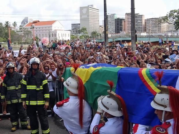 Caixão com corpo do cantor é levado para uma viatura do Corpo de Bombeiros (Foto: Katherine Coutinho / G1)