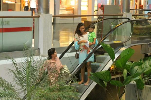 No colo da mãe, Pedro chama atenção de frequentadora do shopping (Foto: Daniel Delmiro/Ag News)
