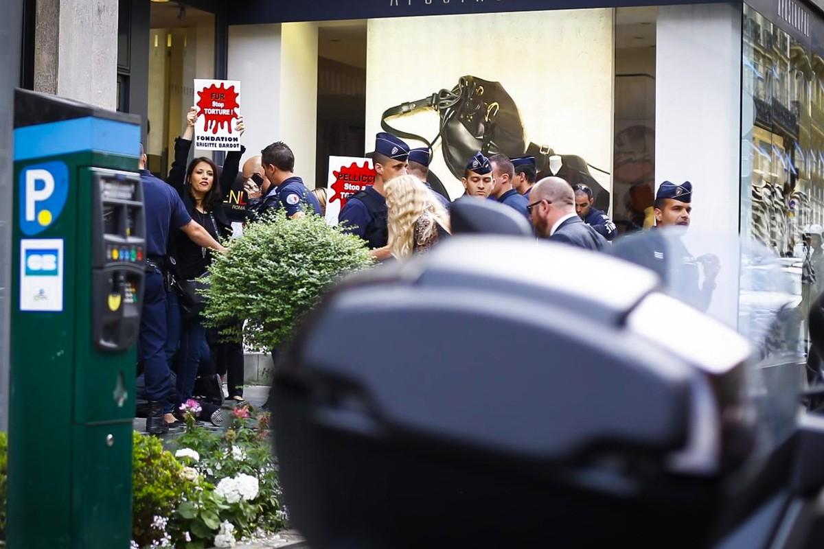 Fendi: manifestantes protestam contra o uso de pele no desfile (Foto: Reprodução)