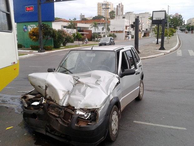 Carro de passeio atingiu a lateral do ônibus em Cuiabá. (Foto: Denise Soares/G1)