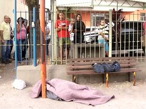 Corpo de homem foi encontrado em ponto de ônibus (Foto: Reprodução/TV Rio Sul)