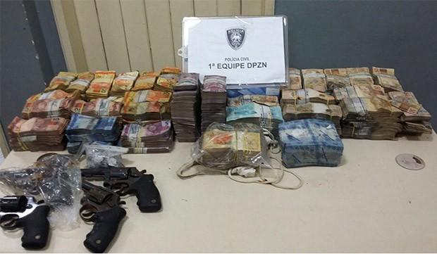 Dinheiro e armas foram entregues aos policiais da Delegacia de Plantão da Zona Norte  (Foto: Divulgação/Polícia Civil)