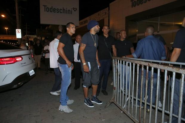 Adriano Imperador chega rodeado de seguranças em sua festa de aniversário (Foto: AgNews)