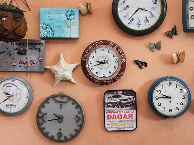 Aposentada adianta 204 relógios devido ao início do horário de verão (Foto: Lucas Tannuri / Tribuna Impressa)