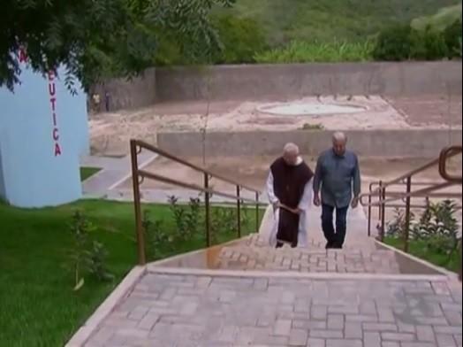 Padre Airton recebe o repórter Francisco José (Foto: Reprodução/ TV Asa Branca)