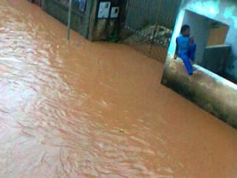 Em Ouro Preto, moradores acreditam que tromba d´água fez rio transbordar no distrito de Amarantina  (Foto: Cleuza Marçal / Arquivo pessoal)