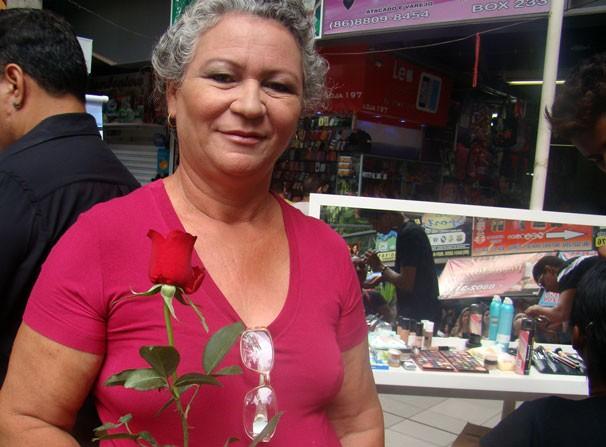 Eva Maria de Almeida gostou da homenagem e agradeceu o gesto de atenção (Foto: Katylenin França/TV Clube)