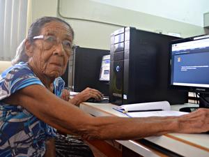 Maria Nelita, de 81 anos, conta que gosta de ver fotos de outras cidades na internet (Foto: Aline Nascimento/G1)