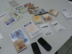 Polícia apreendeu dinheiro, celulares e bilhetes (Foto: Polícia Militar)