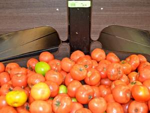 Tomate pode ser encontrado a R$ 10,78 em Cruzeiro do Sul (Foto: Adelcimar Carvalho/G1)