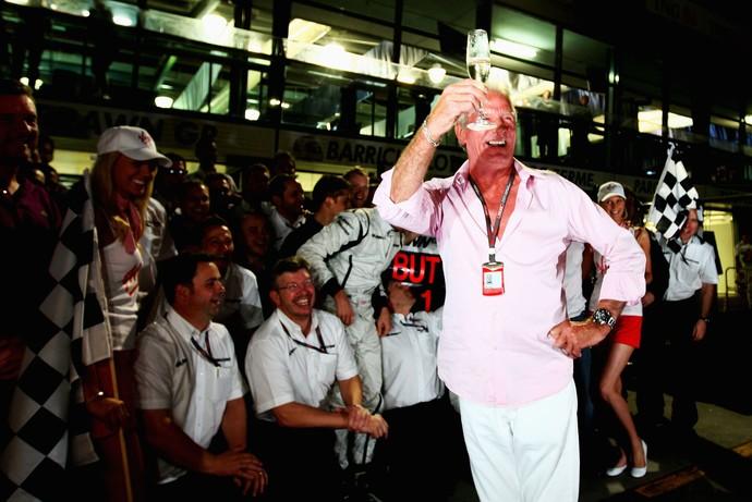 John Button durante a festa de comemoração do título de seu filho Jenson Button, em 2009 (Foto: Getty Images)